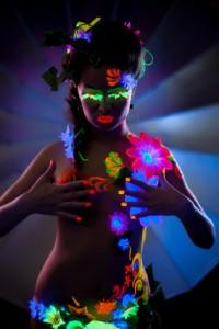 Femme maquillée et fleurs fluo